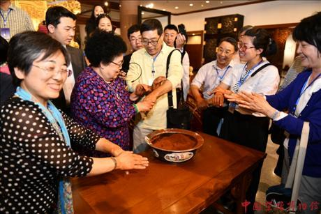 Overseas Chinese Teachers Paid a Visit in China Red Sandalwood Museum.