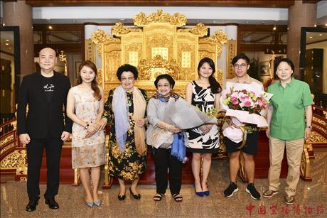 On July 10th 2019, Indonesian former President, President of Democratic Party of Struggle Mrs. Megawati Soekarno Putri , who was accompanied by 30 people paid a visit to China Red Sandalwood Museum, and was warmly welcomed by Mrs.Chan Laiwa (Curator of China Red Sandalwood museum), Mr. Chi Chungsui (Director of Beijing Red Sandalwood Culture Foundation) and their family members.