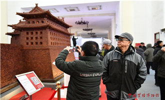 The grand opening ceremony of 2019 Beijing·China Art International Fair was held on 27th Nov. in the national agriculture exhibition center. It is the third time that China Red Sandalwood Museum has been invited to attend the Beijing China Art International Fair and the exhibit displayed is Old Beijing City Northwest Corner Tower made of Red Sandalwood and this is its first appearance to the public. The length, width and height of the northwest corner tower is 8.2m, 8.2m and 3.8m repetitively with total weight of 6T. The red sandalwood corner tower was made by the curator of China Red Sandalwood Museum, Madam Chan Laiwa, who personally organized experts from the Palace Museum and tens of senior craftsmen, after times of measurements on site and spent two years to finish the fabrication of ten mortise-and-tenon structured corner towers with precious red sandalwood at the ratio of 1:10.
